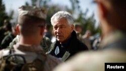 지난해 3월 아프가니스탄을 방문한 척 헤이글 미 국방장관이 현지 주둔 중인 육군 장병들과 대화하고 있다. (자료사진)