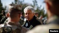 چاک هگل وزیر دفاع آمریکا در دیدار با نیروهای نظامی مستقر در افغانستان - عکس از آرشیو