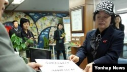 지난 2012년 4월 한국 국가인권위원회 북한인권침해신고센터에 탈북자 김혜숙 씨가 북한 정치범 수용소 인권 침해 실태를 고발하고 있다. (자료사진)