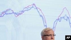 ທ່ານ Olli Rehn ຫົວໜ້າກິດຈະການດ້ານເສດຖະກິດແລະການເງິນ ຂອງອີຢູ ກ່າວທໍານາຍເລື້ອງເສດກິດທີ່ສໍານັກງານໃຫຍ່ຂອອງກຸ່ມອີຢູທີ່ກຸງ Brussels. ວັນທີ 10 ພະຈິກ 2011.