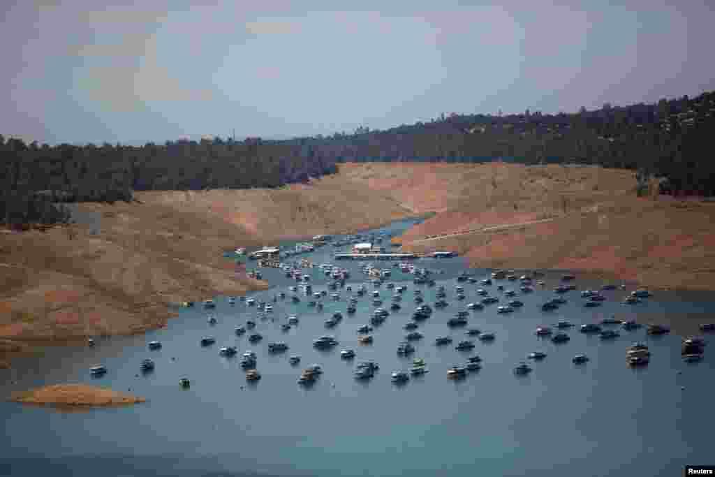 جھیل میں پانی کی سطح کم ہونے کی وجہ سے وہاں سیاحوں کے لیے چلنے والے کشتیاں بھی لنگر انداز کر دی گئی ہیں۔