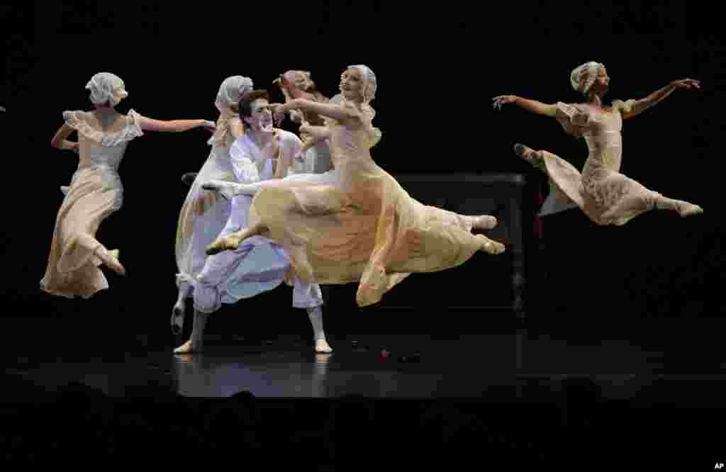 """رقصنده های باله در نمایش """"هملت روسی"""" در آرژانتین"""