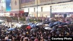 大批市民在旺角集会现场与警察对峙 (推特图片)