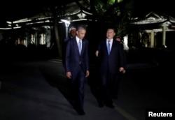 在美中两国元首举行会晤的西湖国宾馆,奥巴马和习近平在举行了3个半小时的会谈后乘夜色在花园中散步。(2016年9月3日)