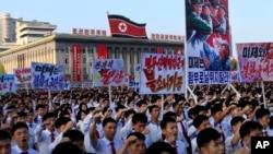 數以萬計的北韓人聚集在金日成廣場,舉著標語牌,抗議聯合國對北韓的制裁 (2017年8月9日)