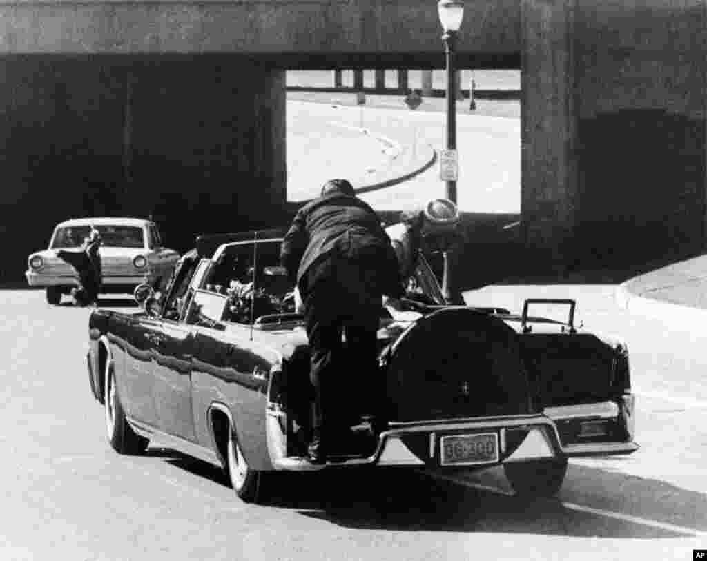۲۲ نوامبر سال ۱۹۶۳ – سالگرد ترور جان افت کندی، رئیس جمهوری آمریکا. در این عکس، کندی تیر خرده و روی صندل پشتی لیموزین افتاده. ژاکلین کندی به سوی او خام شده است.