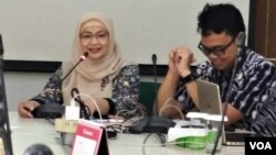Ketua Pokja Masalah Rokok Perhimpunan Dokter Paru Indonesia Feni Fitriani (kiri) saat menggelar konferensi pers di Jakarta, Jumat (13/). Foto: VOA/Sasmito