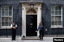 资料照片:美国众议院议长佩洛西抵达伦敦唐宁街10号首相官邸。(2021年9月16日)