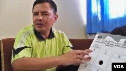 Ketua Ikatan Alumni Wyata Guna Bandung Suhendar, menunjukkan contoh surat suara braille untuk pemilu. (VOA/R. Teja Wulan)