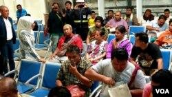Gubernur Jawa Timur Khofifah Indar Parawansa (kiri) berbincang dengan para penumpang KM Santika Nusantara yang selamat di Dermaga Gapura Surya Nusantara, Tanjung Perak, Surabaya (foto: VOA/Petrus R).