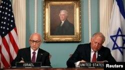 El subsecretario de Estado Tom Shannon (derecha) y el asesor de Seguridad Nacional israelí interino, Jacob Nagel, firmaron el acuerdo de asistencia militar entre las dos naciones en el Departamento de Estado, en Washingotn, el miércoles, 14 de septiembre de 2016.