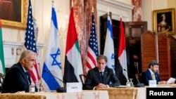 토니 블링컨 국무장관(가운데)과 야이르 라피드 이스라엘 외무장관(왼쪽), 아랍에미리트(UAE) 외무장관인 무함마드 빈 자예드 알나흐얀 아부다비 왕세제가 13일 워싱턴 국무부 청사에서 회담에 이어 공동 기자회견을 했다.