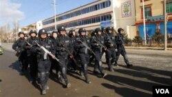 Tiongkok mengerahkan ribuan polisi untuk mencegah kerusuhan dan protes yang meluas di Tibet.