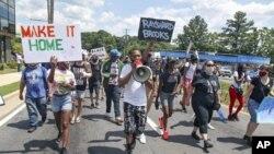 Protesti u Atlanti zbog smrti Afroamerikanca Raysharda Brooksa tokom policijskog privođenja, 13. juni 2020 (Foto: Steve Schaefer/Atlanta Journal-Constitution via AP)