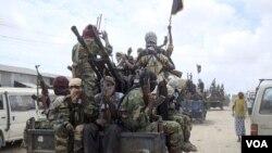 Para pejuang kelompok Al-Shabaab di Somalia, yang beberapa waktu lalu mulai berperang melawan negara tetangganya, Kenya (foto: dok).