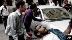 Warga Suriah menolong para korban luka-luka dalam serangan bom hari Senin (5/11).