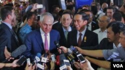 PM Australia Malcolm Turnbull dan Presiden Jokowi di Pasar Tanah Abang Jakarta, hari Kamis 12 November 2015 (VOA/Andylala).