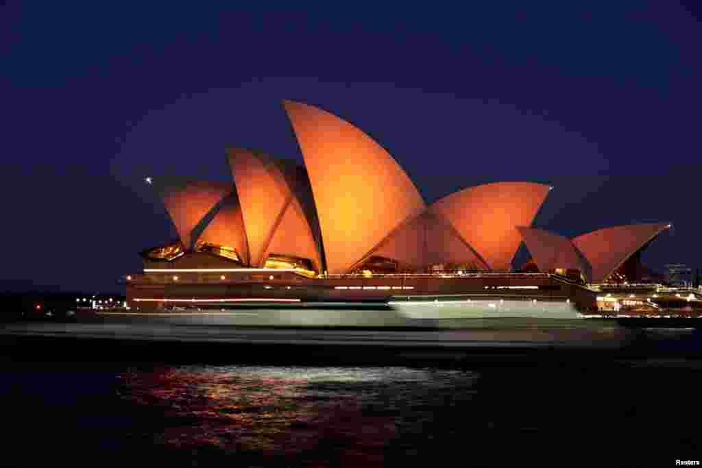 به مناسبت دیدار ویلم - الکساندر، پادشاه هلند و ماکسیما همسرش، رنگ تالار اپرای سیدنی در استرالیا به نارنجی عوض شد.