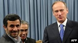 İran prezidenti Mahmud Əhmədinejad Tehranda Rusiyanın Milli Təhlükəsizlik Şurasının katibi Nikolay Patruşevi salamlayır