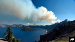 Humareda en el lago Crater de Oregón, área que ha sido consumida parcialmente por un incendio forestal.
