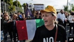 示威者反对在那不勒斯附近开设新的垃圾场