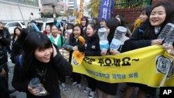 17일 한국에서 수능시험을 치른 가운데, 서울의 한 입시장에서 수험생들이 후배들의 응원을 받으며 입장하고 있다.