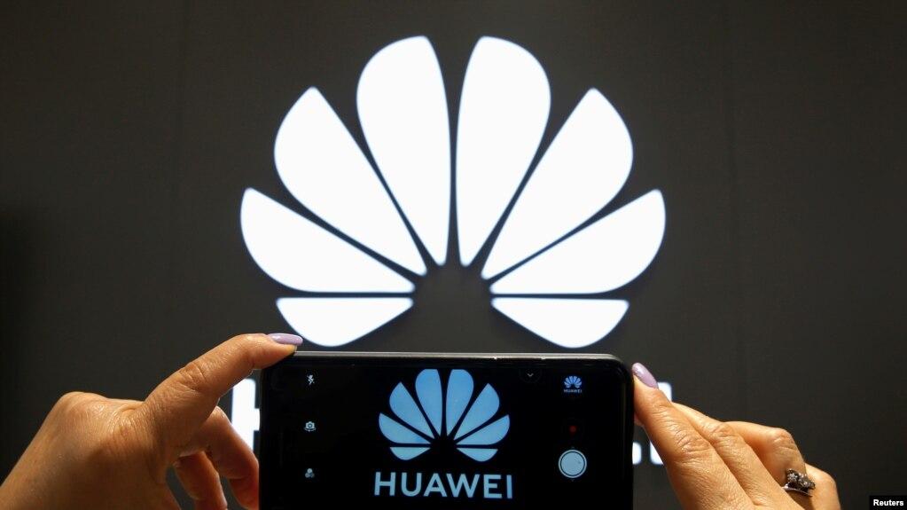 资料照:一支手机屏幕上显示的华为标识。(photo:VOA)