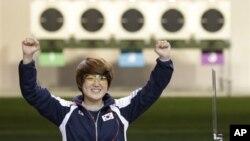 1일 런던 올림픽 여자 사격 25m 공기권총에서 우승이 확정된 후 환호하는 한국의 김장미 선수.