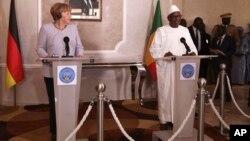 La chancelière Angela Merkel avec le président malien Ibrahim Boubacar Keita, lors d'une conférence de presse à Bamako, Mali, le 9 octobre 2016.