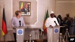 La chancelière Angela Merkel, à gauche, avec le président malien Ibrahim Boubacar Keita, lors d'une conférence de presse à Bamako, Mali, le 9 octobre 2016.