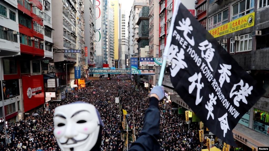 一名抗议者星期天(12月8日)参加民阵发起的人权大游行。