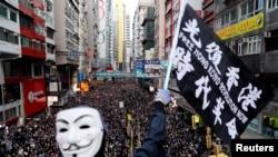 一名抗議者星期天(12月8日)參加民陣發起的人權大遊行。