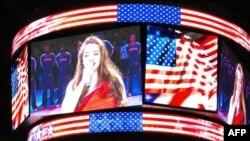 Amerikalı türk müğənni Sinem Saniye NBA matçında Birləşmiş Ştatların himnini ifa edir, Los Anjeles, Kaliforniya