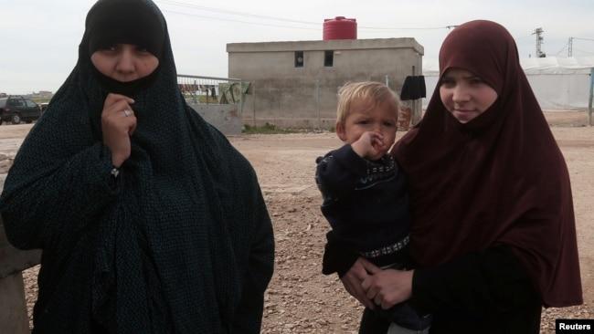 Perempuan Belgia, Tatiana Wielandt (kanan) & Bouchra Abouallal di pengungsian Ain Issa (10/03).