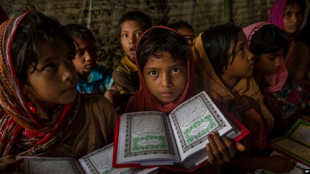 Nữ sinh Rohingya theo Hồi giáo trong lớp học kinh Quran tại trại tị nạn Kutupalong ở Bangladesh ngày 24/9/2017.