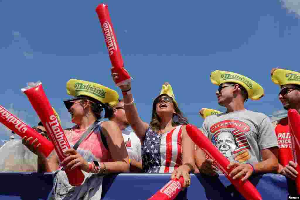 Nyu Yorkun Bruklin Parkında Müstəqillik Günü münasibəti ilə təşkil edilən Hotdoq Yarışması öncəsi