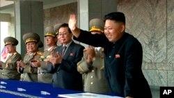 Lãnh tụ Bắc Triều Tiên Kim Jong Un vẫy chào khán giả tại Bình Nhưỡng, Bắc Triều Tiên, ngày 9/9/2013.
