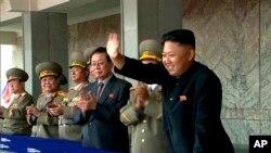 9일 북한 정권수립 65주년을 맞아 김일성광장에서 열린 노농적위군의 대규모 열병식에서 김정은 국방위원회 제1위원장이 군중에게 손을 흔들고 있다.