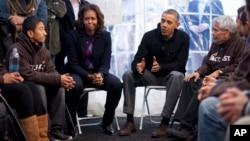 Barack Obama, junto a su esposa Michelle, conversaron con los tres activistas que permanecen sin comer frente al Capitolio, en Washington.
