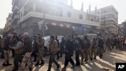 រូបឯកសារ៖ ក្រុមទាហានរំដោះស៊ីរីឬ Free Syrian Army គាំទ្រដោយតួកគី ដើរនៅក្នុងស្រុក Afrin ភាគពាយ័ព្យប្រទេសស៊ីរី កាលពីថ្ងៃទី១៨ ខែមីនា ឆ្នាំ២០១៨។ (រូបភាព AP)
