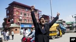 Một luật sư, người Kashmir ở Srinagar, Ấn Độ hô khẩu hiệu chống Mỹ, phản đối cuốn phim chế nhạo nhà tiên tri của Hồi giáo