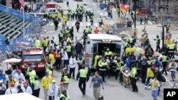 4月15日波士頓馬拉松終點發生爆炸﹐救援人員搶救傷者。