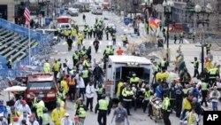 Des agents de santé assistent les blessés près de la ligne d'arrivée du marathon de Boston, le 15 avril 2013