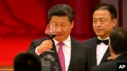 지난 1일 베이징 인민대회당에서 열린 중국 국경절 전야제 연회에서 시진핑 중국 국가주석이 축배하고 있다.