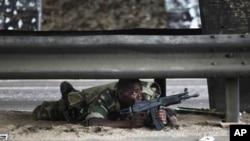 一名效忠瓦塔拉的士兵在同巴博军队作战