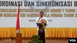 Menko Polhukam Wiranto memberikan pidato pada Forum Koordinasi dan Sinkronisasi Bela Negara di Sidoarjo, Senin 29/10. (VOA/Petrus Riski)