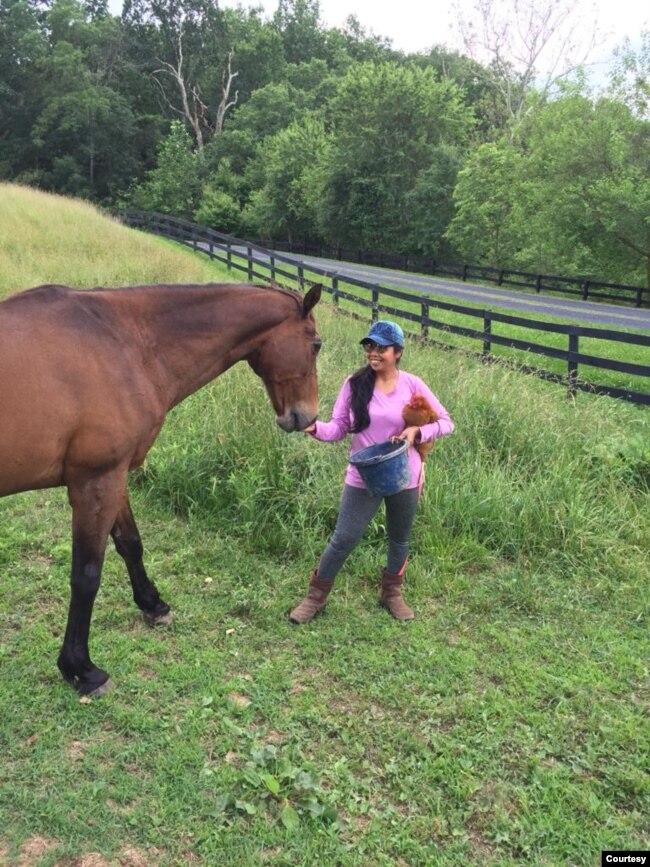 Supadmi dengan Destimony, kuda piaraannya.