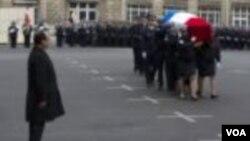 Prezidan Hollande rann omaj pou polisye fransè ki te tonbe anba men militan mizilman vandredi 9 janvye 2015 la