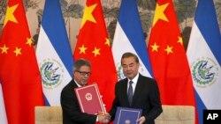 Министры иностранных дел Сальвадора и Китая Карлос Кастанеда и Ван И на церемонии установления дипотношений между двумя государствами