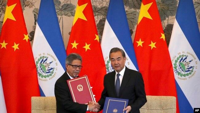 薩爾瓦多外交部長卡斯塔內達與中國外長王毅簽署兩國建交文件(2018年8月21號資料照)